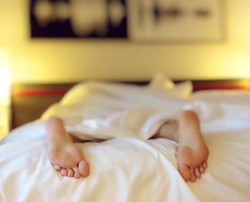 schlafen-müde-Frühjahrsmüdigkeit-Schlafmuetze-schlechte-Laune-Winter-Winterblues-aufstehen