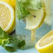 Schlankwasser_Wasser_Abnehmen_Diaet_abspecken_getraenk_Geheimtipp_Rezept_Trick_Ingwer_Zitrone_Wasser